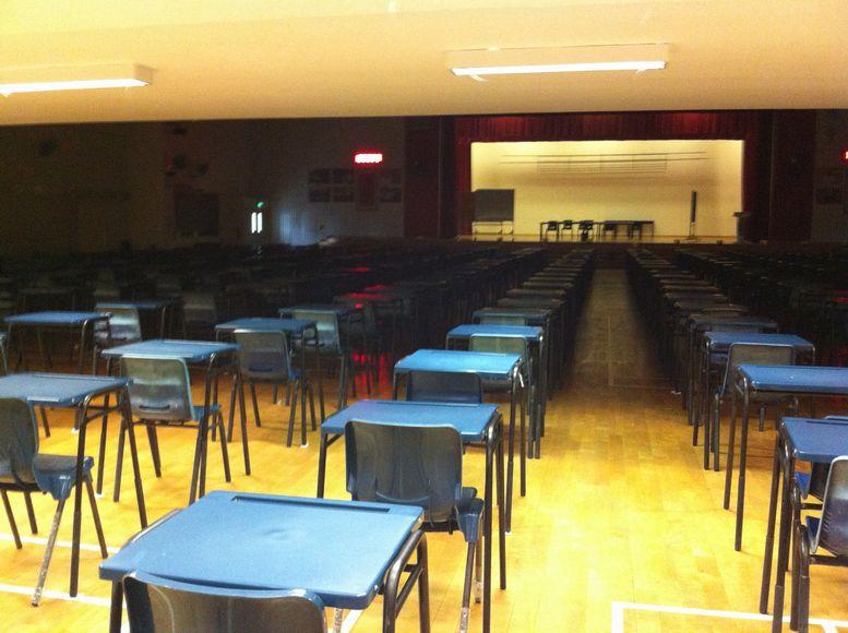 多目的ホール。この日は、試験会場のための準備がされていた。バドミントンコートにもなる。