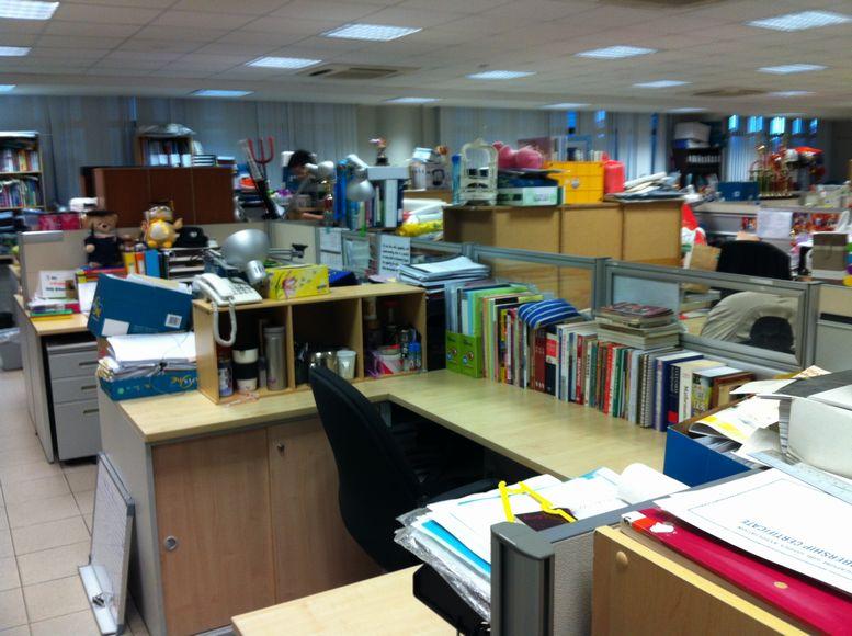 各教師に十分な広さの机が与えられている。